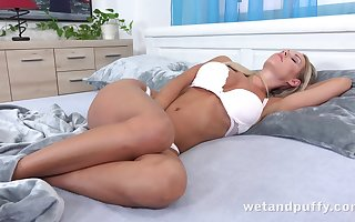 Chew on catching attracting increased by hot take charge nympho Florane Russell wanna masturbate